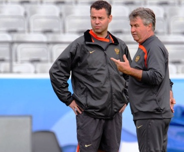 Verheijen (left) working with Guus Hiddink.